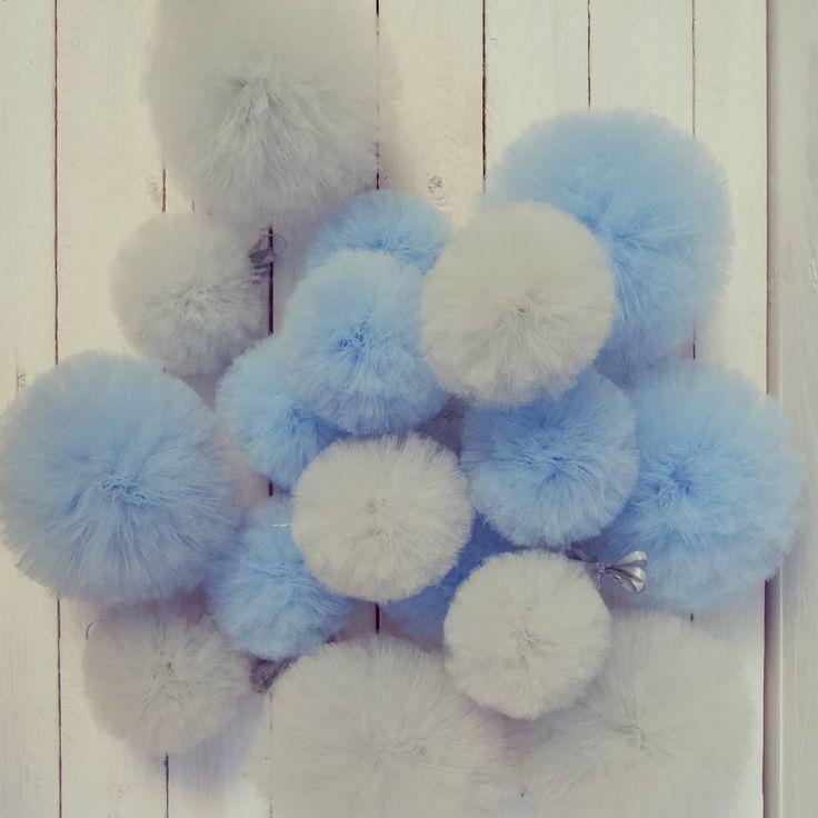 Zamówienie specjalne pompony S i M,  szare i błękitne- zamiast firanki#mamuki #handmade #homedecor #homedesign #decoration #decor #szary #grey #interiordesign #tiul #babyblue #blekitny #blekit #ozdoby #dekoracje #prezent #recznarobota #recznierobione #firanka #pompon #pompons #wnetrza #pastel #pastele #pokojdziecka #dzieciecypokoj