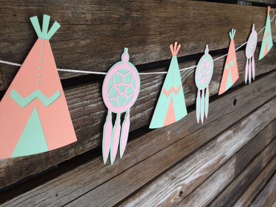 Añadir esta guirnalda adorable a su partido. ¡Perfecto para una fiesta de cumpleaños tema tribal o ducha del bebé! Se usa para decorar una pared, un telón de fondo o tu mesa de dulces... etcetera. Las posibilidades son infinitas. COLORES: ● Salmón, menta y rosa claro Personalizar: