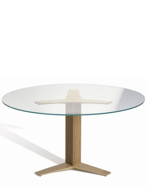 La mesa redonda de cristalTRI-STAR CR de CAPDELLes un diseño deClaesson Koivisto Rune. La mesa es diferente por su pie central, el cual le da una estabilidad estructural, el cual puele soportar diferentes tipos de sobres. El pie esta hecho de extrusiones de aluminio que conforman una base en forma estrellada de 3 puntas. Creemos