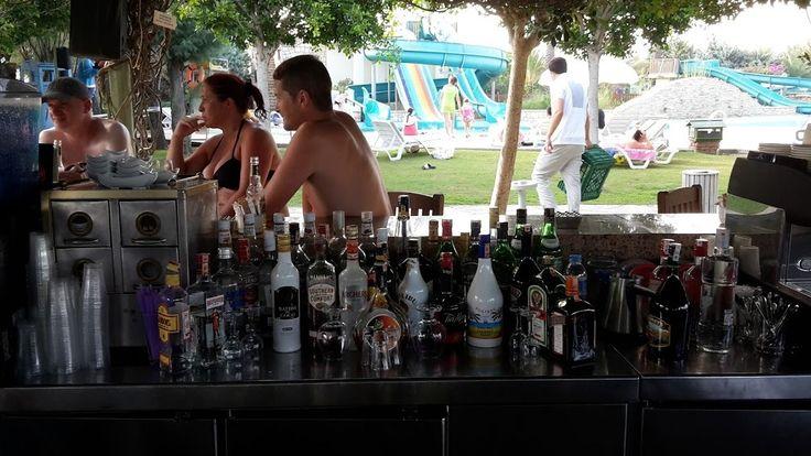 C'est un homme un peu saoul qui entre dans un bar et qui dit au barman : - Je te parie cinquante euros que j'arrive à remplir mon verre de pisse sans en mettre une goutte à côté. - Ok, pari tenu. Répond le barman. Le gars baisse son froc et essaye de...