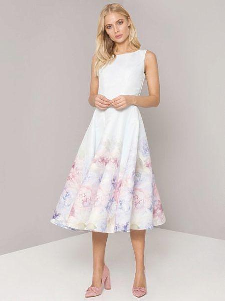 c380d894b Světle modré šaty s květy Chi Chi London Beky Dokonalé šaty, do kterých se  zamilujete hned, jak je obléknete. Vynesete je na jarní bál, na svatbu jako  host ...