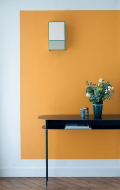 Papier peint chaleureux avec une petite table noire
