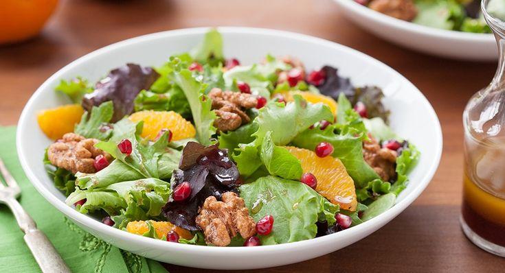 Μια συνταγή για μια απλή, εύκολη αλλά πολύ εύκολη πράσινη σαλάτα με πορτοκάλι, αβοκάντο καρύδια και ρόδι, περιχυμένη με ένα νοστιμότατο ντρέσινγκ. * Αν δε