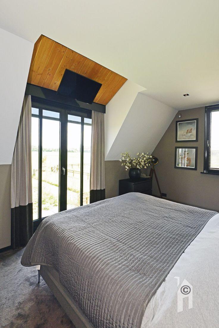 Slaapkamer. klassiek landelijk.  Bij de inrichting (MCM Styling) zijn milde, rustige tinten gebruikt, soms in combinatie met warmhouten accenten. Ingebouwde screens en triple glas en ranke ramen, deuren en kozijnen van Hebo.