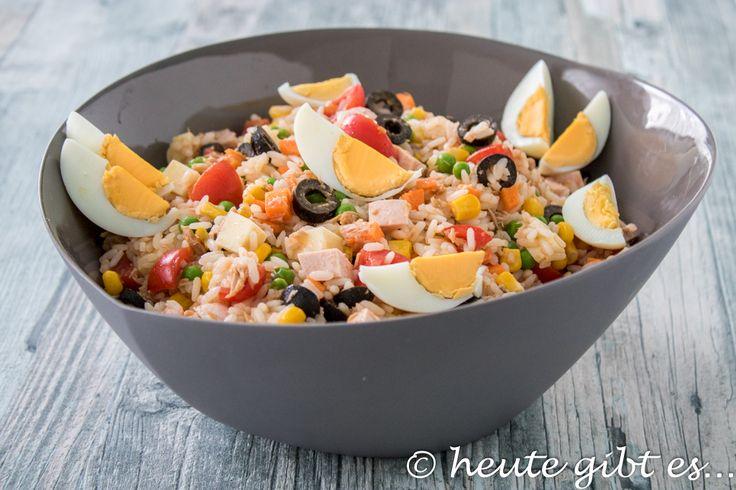 Leckerer Salat mit Reis aus Italien. Dieser Klassiker der italienischen Küche ist ideal für eine Gartenparty oder als Beilage zum Grillen. Das Rezept für diesen sommerlichen Reissalat gibt es auf www.heute-gibt.es