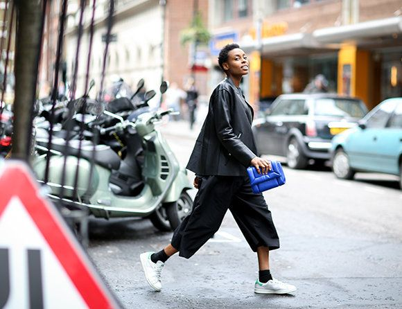 Donna Wallace of Elle UK #streetstyle #tommyton #stansmiths #adidas #clutch #ankle #socks