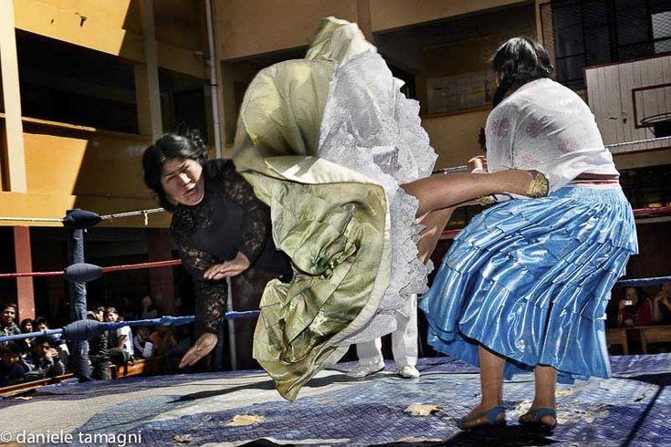 Bolivianas luchando sobre un ring