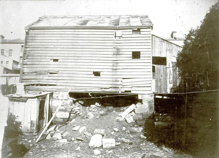 Downshire St, Miller's Point Dilapidated weatherboard shed with corrugated iron roof, raised on crumbling pillars of sandstone 25 September 1900 NSCA CRS 51, Demolition books, 1900-1949	 City of Sydney Archives