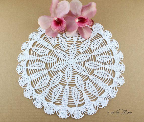 Centrino a uncinetto bianco, white doily crocheted, centrino rotondo, regali per le nozze, decorazione per la tavola, fatto a mano in Italia