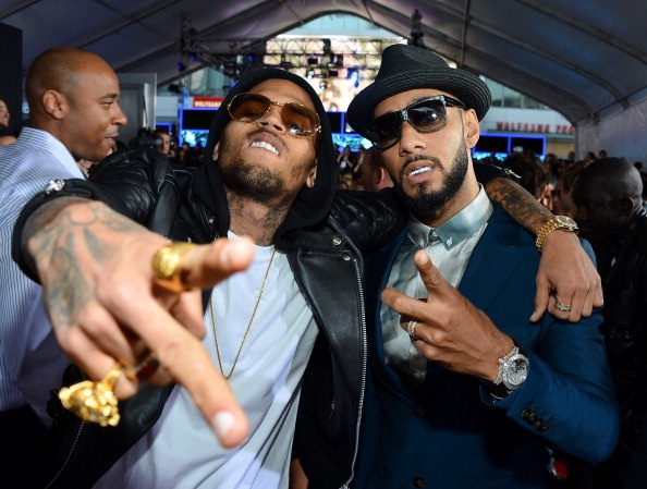 Chris Brown & Swizz Beatz posing on the #AMAs red carpet. ☺