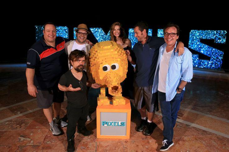 Слева направо:актёры: Кевин Джеймс, Питер Динклэйд, Джош Гэд, Мишель Монаган, Адам Сэндлер и режиссёр Крис Коламбус.