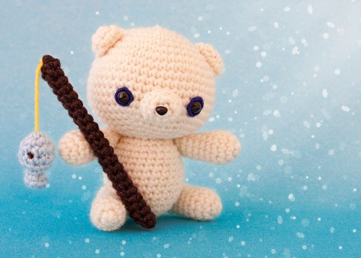 Amigurumi polar bear with fishing rod and a fishy by Mis PequiCosas. (Free pattern and if you want a different language you can send an email request, brill!)