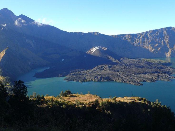 Uitzicht op het kratermeer bij de #Rinjani vulkaan. #Indonesië
