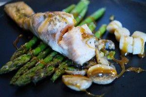 Laks på en bund af dampet asparges, serveret med en lækker hyldeblomst sauce