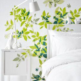 Per regalare un tocco di colore - e carattere - alla parete bianca della camera da letto è perfetto un adesivo come quello di IKEA: tante foglioline di un verde delicato che rendono anche la più anonima delle pareti un giardino rigoglioso. Il risultato ti lascerà a bocca aperta