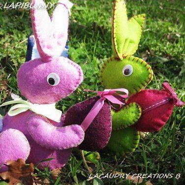 Des petits lapins rose et vert en feutrine