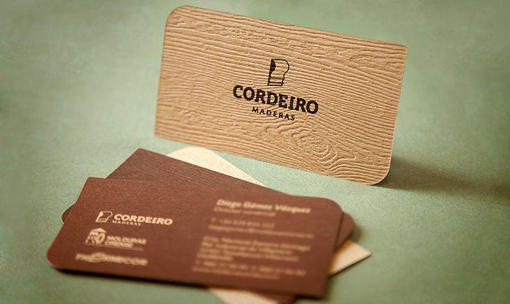 De esta tarjeta de visita de Maderas Cordeiro guardamos un buen recuerdo. Por como a partir de una revisión del logotipo y de su imagen encontramos la manera de transmitir con materiales y colores a que se dedica la empresa. Una buena forma de presentarse ante sus clientes.