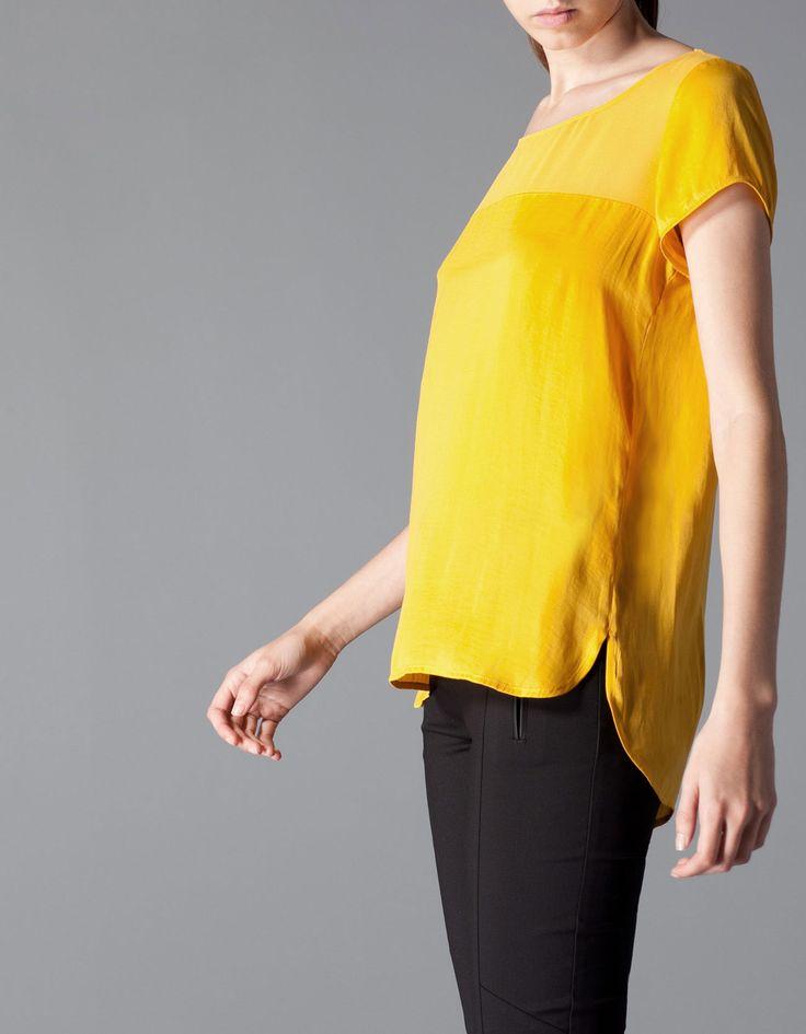 Blusa canesú con parte superior semi transparente color mostaza, de Stradivarius. Colección otoño. Me encanta para llevarla mejor por dentro con mi falda de cuero.