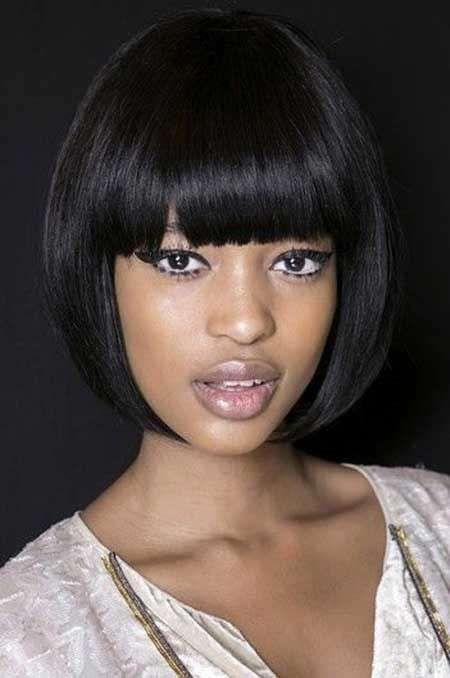 Tagli capelli corti donne scure - Caschetto simmetrico con frangia