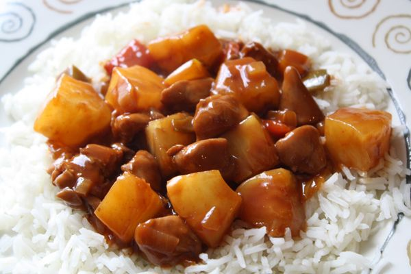 Rijst met kip en ananas - Lekker en Simpel - ingredienten: kipfilet, bloem, rode wijn, ketjap, paprika, ui, tomatenpuree, azijn, suiker, ananas, rijst