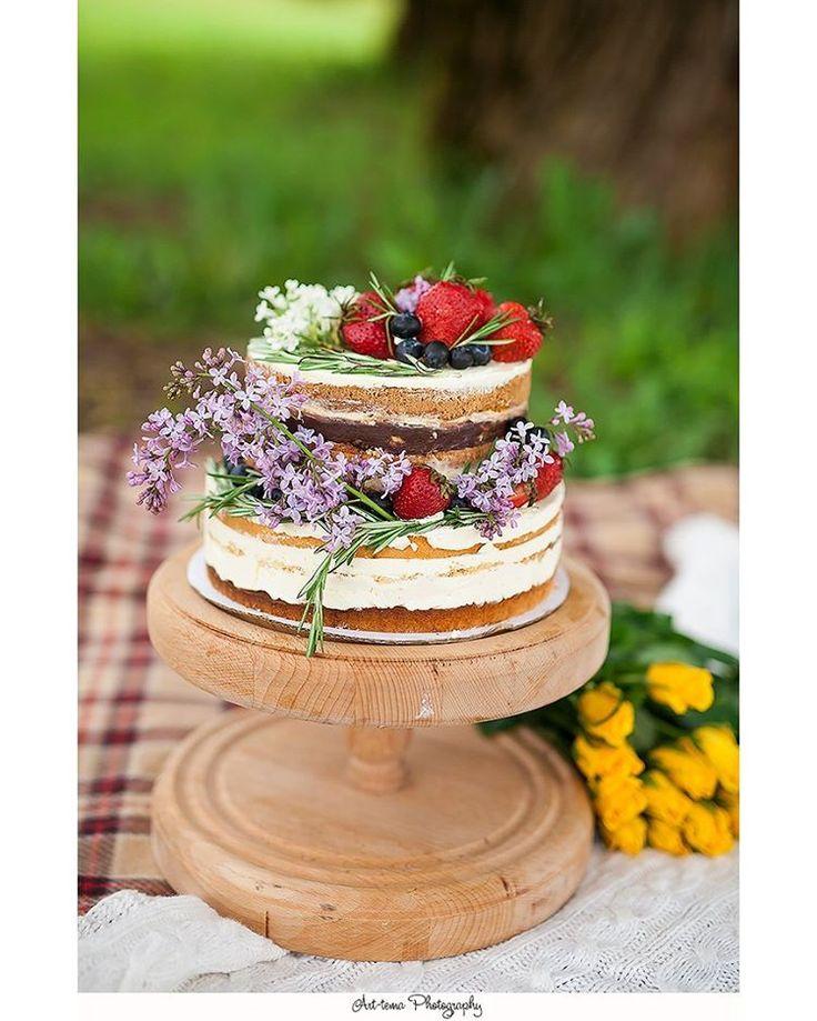 Тенденции свадебных тортов 2017 Свадебные десерты 2017 представлены двумя прямо противоположными направлениями: *асимметричная форма и большое количество декоративных элементов; *лаконичный строгий дизайн и минимум украшений.  Хит сезона — классический торт с кремовым декором. Популярностью пользуются десерты пастельных тонов: желтого, розового, персикового или голубого, а так же насыщенных цветов: красного, синего, фиолетового или зеленого. Абсолютно новым решением 2017 года стал черный…