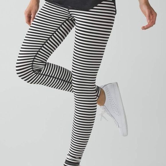 Lululemon striped wunder under size 4 Black and white striped wunder under leggings with reversible waist band! One side striped waist band, one side charcoal grey. Super cozy fabric, soft and warm. Great for a warm weather workout or just casual wear! lululemon athletica Pants Leggings