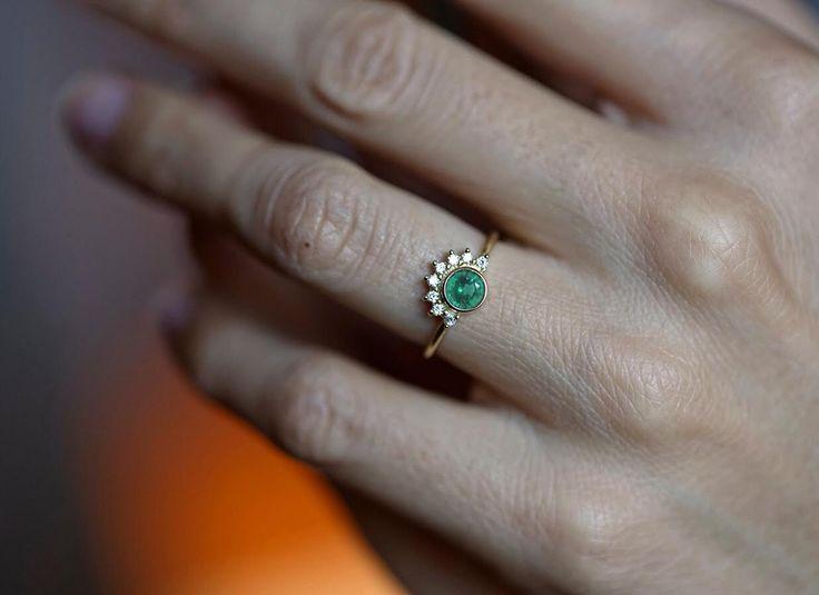 Corte el anillo de compromiso de esmeralda diamante vintage