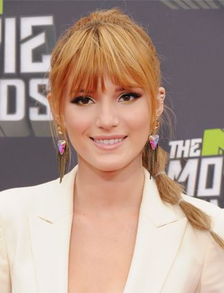 Wispy Bangs Heavy or blunt bangs can make the face look rounder. (Tricomi suggest only going with blunt bangs if you pair them with long layers around the face). For wispy bangs, make sure the fringe is shorter in the middle and longer on the edges to create a slimming look.10 Hairstyles That Make You Look 10 Pounds Thinner | Daily Makeover
