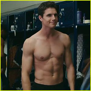Robbie Amell sure is an incredibly gorgeous man. :)