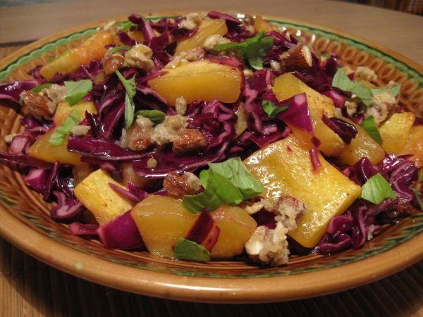 Салат из краснокочанной капусты с тыквой и орехами -Рецепт: 500 г краснокочанной капусты  30-40 г изюма без косточек  300 г тыквы  50 г ядер грецких орехов (или любые орехи по вкусу)  2 ст.л. сахара  100 мл. апельсинового сока  3 ст.л. лимонного сока  соль, перец, растительное масло  Делюсь хорошим!