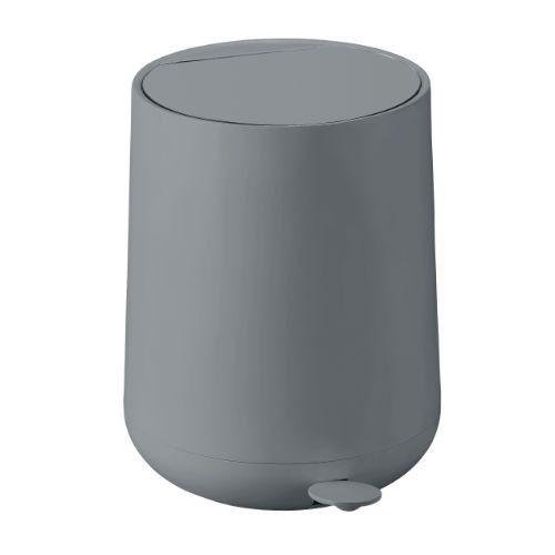 Het Zone Nova prullenbakje is verkrijgbaar is de kleuren: zwart, grijs, wit, roze, dusty groen, zand & cactus. In de Nova lijn vind je bij Loods 5 ook een zeepdispenser, tandenborstelbeker, zeepschaaltje en toiletborstel.