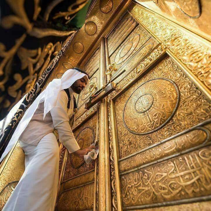 The man who serves the door of the #kabah #Mecca & The 2677 best Makkah u0026 Medina images on Pinterest   Beautiful places ...
