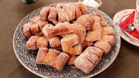 Anisbröd, eller pitepojkar som de heter i folkmun, är till julen ett måste för norrbottningar. De påminner om munkar, men är annorlunda i form och smaksättning. Värm och sockra dem före serveringen. Om du inte redan har en friteringstermometer är det en bra investering.1. Smält smöret, häll i m (…)