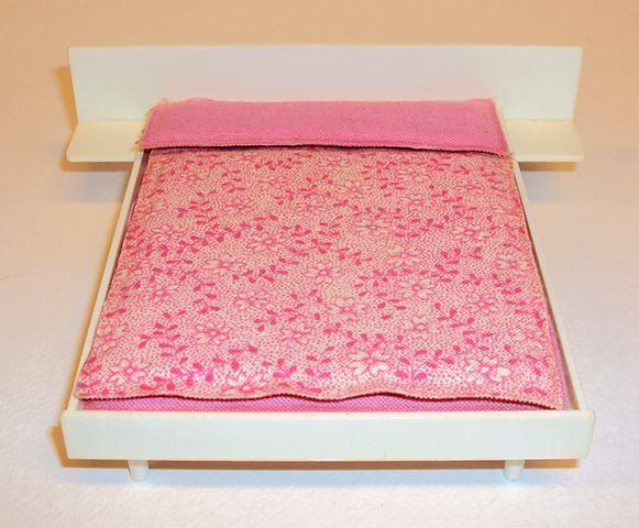 Annons på Tradera: Brio säng till dockskåp med fina original sängkläder