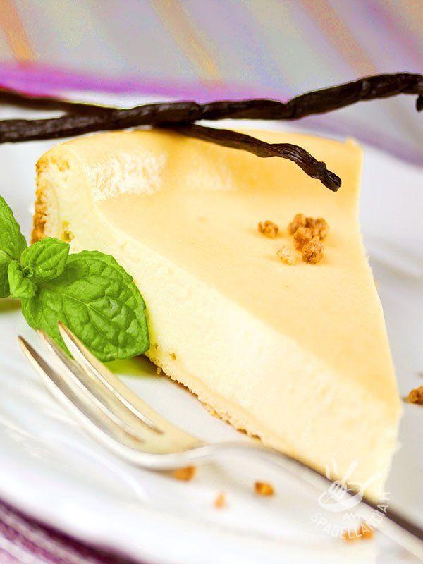 Vanilla cheesecake - Il Cheesecake alla vaniglia è un sofficissimo dessert dal gusto delicato che inviterà al primo morso grandi e piccini. Facile facile, buono buono! #cheesecakeallavaniglia