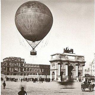 "Ballon Giffard au dessus du Louvre (Paris Exposition Universelle, 1878).  blz.88                Reusachtige ballonnen,.....""Jammer dat er aan uw grenadiers geen vleugels groeien."""