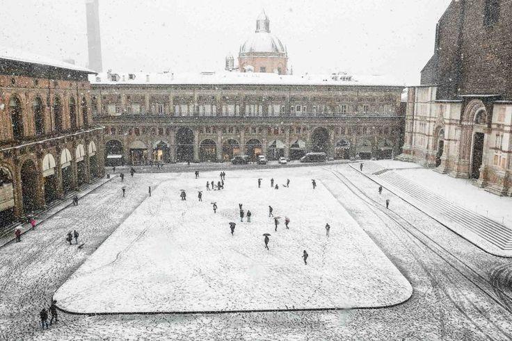 Maltempo, Bologna imbiancata dalla neve: scenari da sogno, e disagi per strada