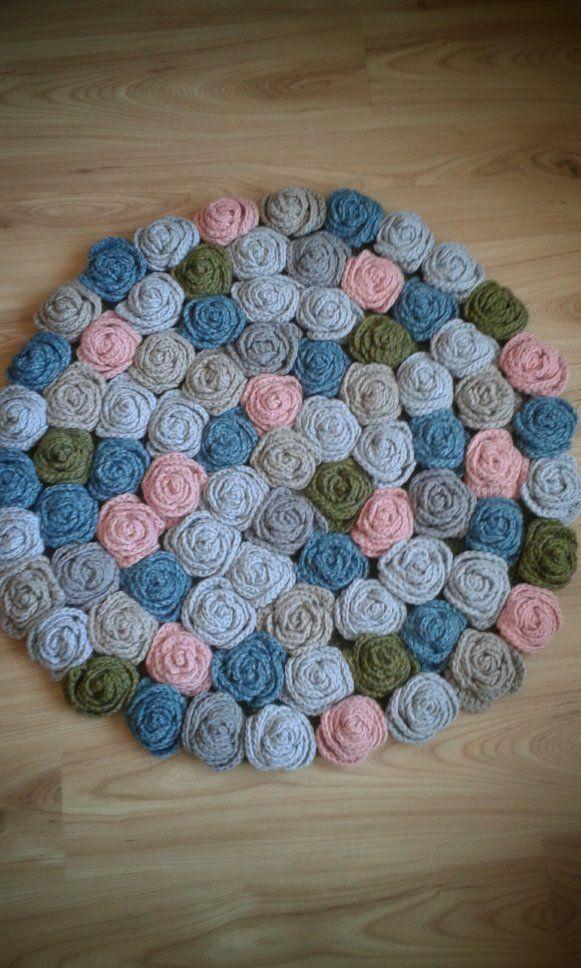 Háčkovaný koberec. základ tvorí uháčkovaný kruh…