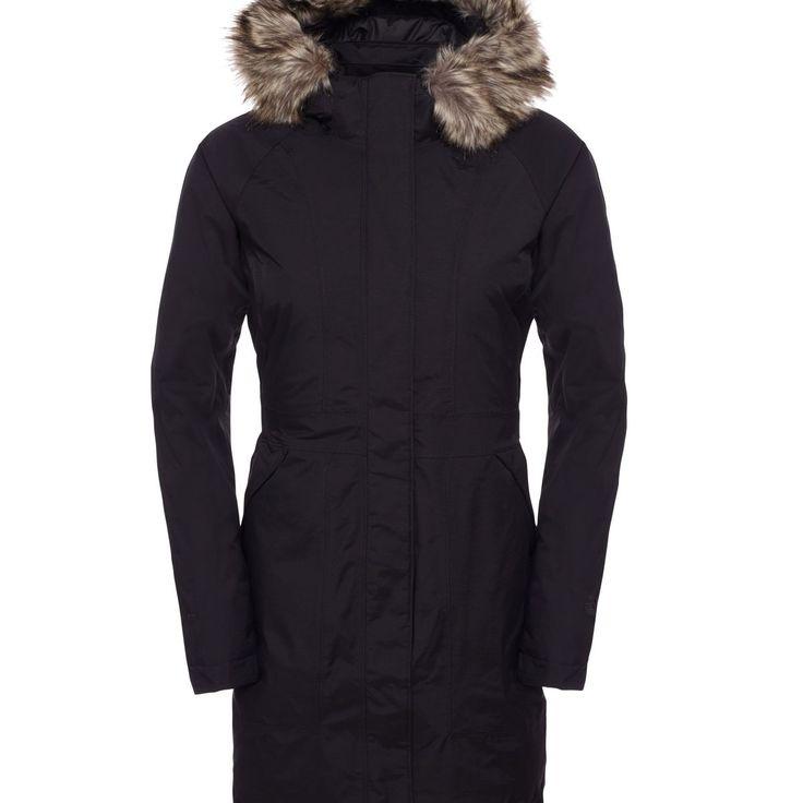 En lang, figursyet og dunforet frakke, der på trods af sin vandtæthed og kraftige materialer stadig fremstår meget feminin.