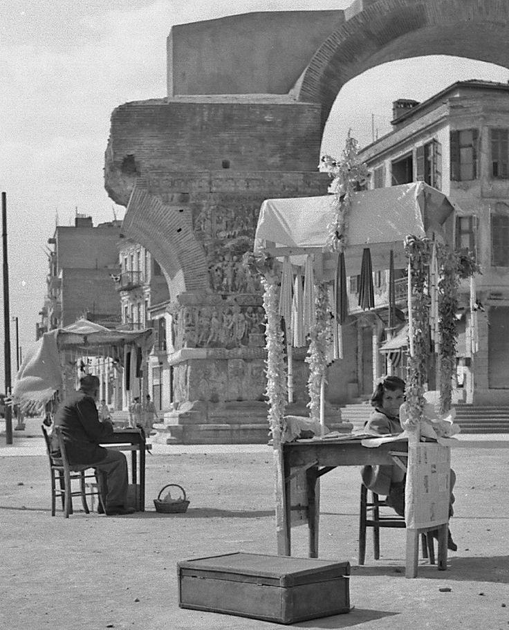 Εικόνες ανθρώπων από την Ελλάδα του χτες. Ο φακός απαθανατίζει, πρόσωπα και τοπία. Ο χρόνος περνάει, όμως οι στιγμές μένουν.    ...Πρόχειροι,στολισμένοι ,πάγκοι με λαμπάδες προς πώληση .Θεσσαλονίκη ,Απρίλιος 1956.