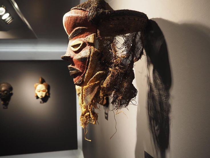 """""""gez, gör, kokla, fotoğraf çek, ye, iç, sev, sarıl,tasarla,üret, tutkulu ol, cesur ol ... hayat....kara Afrika sanatı #izmir #hıfzıtopuz #art #gallery…"""""""