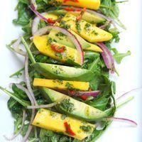 Salada de rúcula, abacate e manga