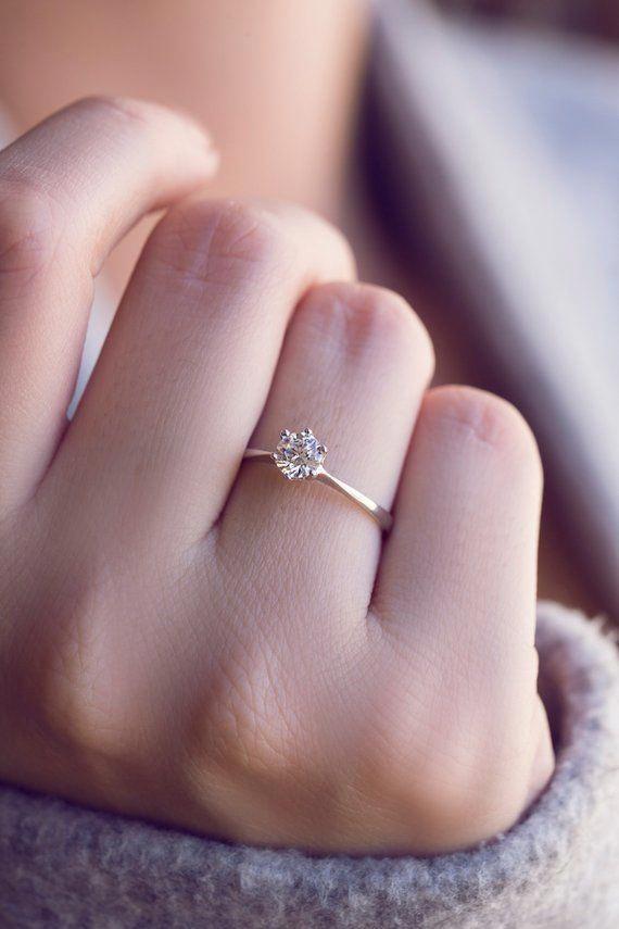 картинки красивая женская рука с кольцом выборе фотоловушки