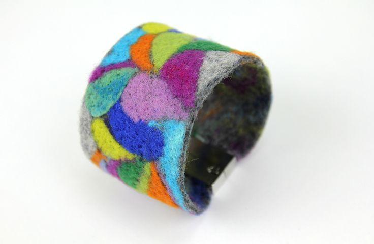Artystyczna bransoletka wykonana z filcu w Merynoska Workshop na DaWanda.com
