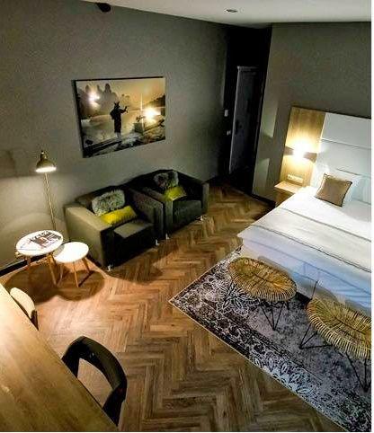 Vorige week is op de Horecavakschool De Rooi Pannen te Tilburg officieel de Van der Valk hotelkamer feestelijk geopend. Wij hadden de eer om het ontwerp voor deze kamer te mogen maken. Zie hier het resultaat smile emoticon