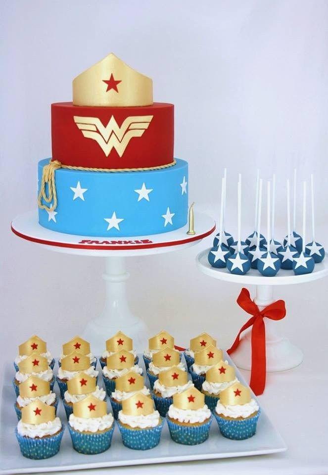 Festa Mulher Maravilha: bolos, cupcakes e cakepos temáticos.