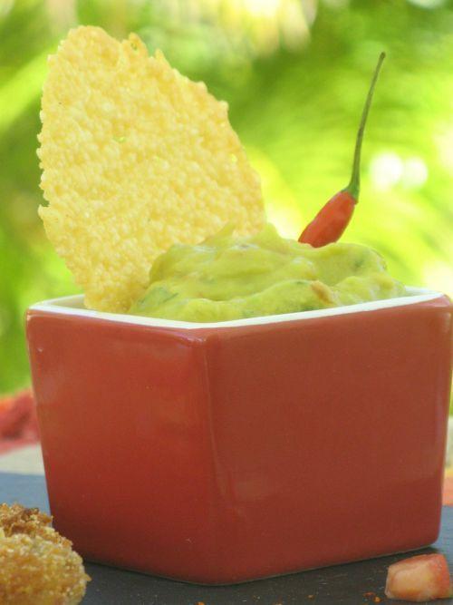 Guacamole Thermomix Ingrédients : 1 gros avocat (ou 2 petits) - 1 tomate moyenne - 1 petit oignon - 1 càs coriandre ciselée - 1 jus citron vert - 1 pointe de cumin - 1 piment oiseau - Sel  Préparation 1- éplucher avocat et oignon. Les couper en gros morceaux 2- mettre tous les ingrédients dans le bol et mixer 6 secondes vitesse 4  C'est prêt !