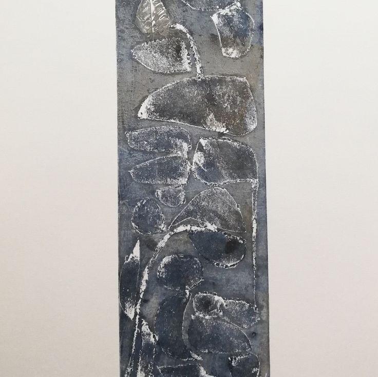 Gris, Gravure en taille-douce sur papier de Joëlle Toubon. Oeuvre unique.   Les gravures de Joëlle Toubon sont comme des promenades sur des terrains escarpés, des paysages...