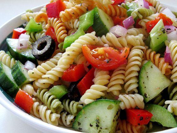 Esta ensalada es perfecta para los días en que necesitas hacer una comida saludable y que rinda.  Ingredientes Porciones: 4-6 Para la ensalada  2 tazas de fusilli 1 pimiento verde (cortado como te guste más) 1 pimiento rojo (cortado como te guste más) ½ pepino (cortado sin semillas) 15 tomates cherry (a la mitad) 1/3 de cebolla picada ½ taza de aceitunas negras (a la mitad) Aderezo griego