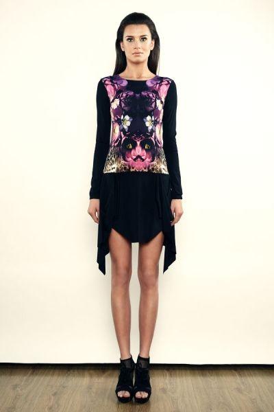 Sukienka mini z kolorowym printem i asymetrycznym dołem - model 09